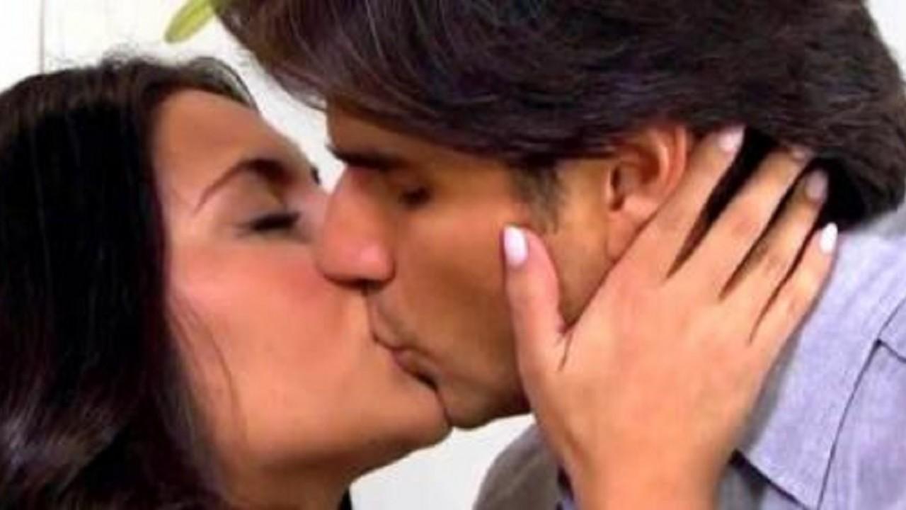 Cena de Coração Indomável com Maricruz e Otávio se beijando