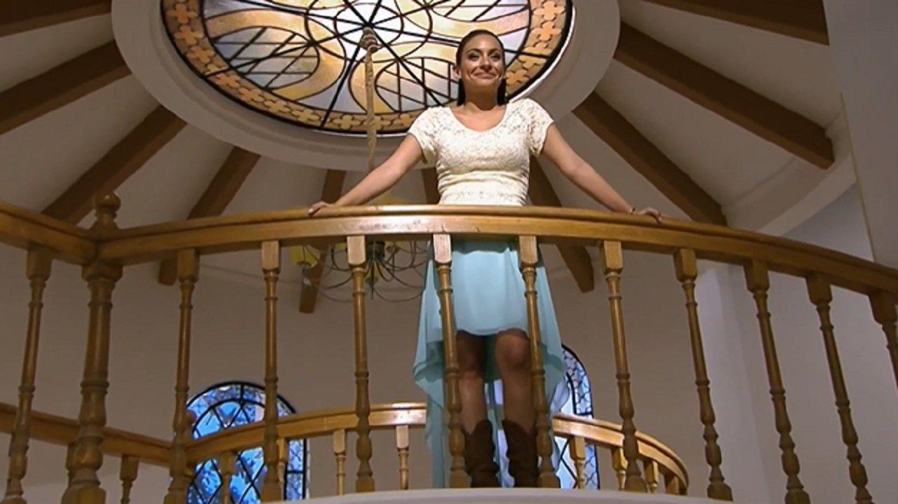 Cena de Coração Indomável com Maricruz no alto de uma escada