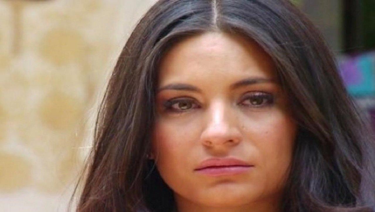Cena de Coração Indomável com Maricruz olhando triste