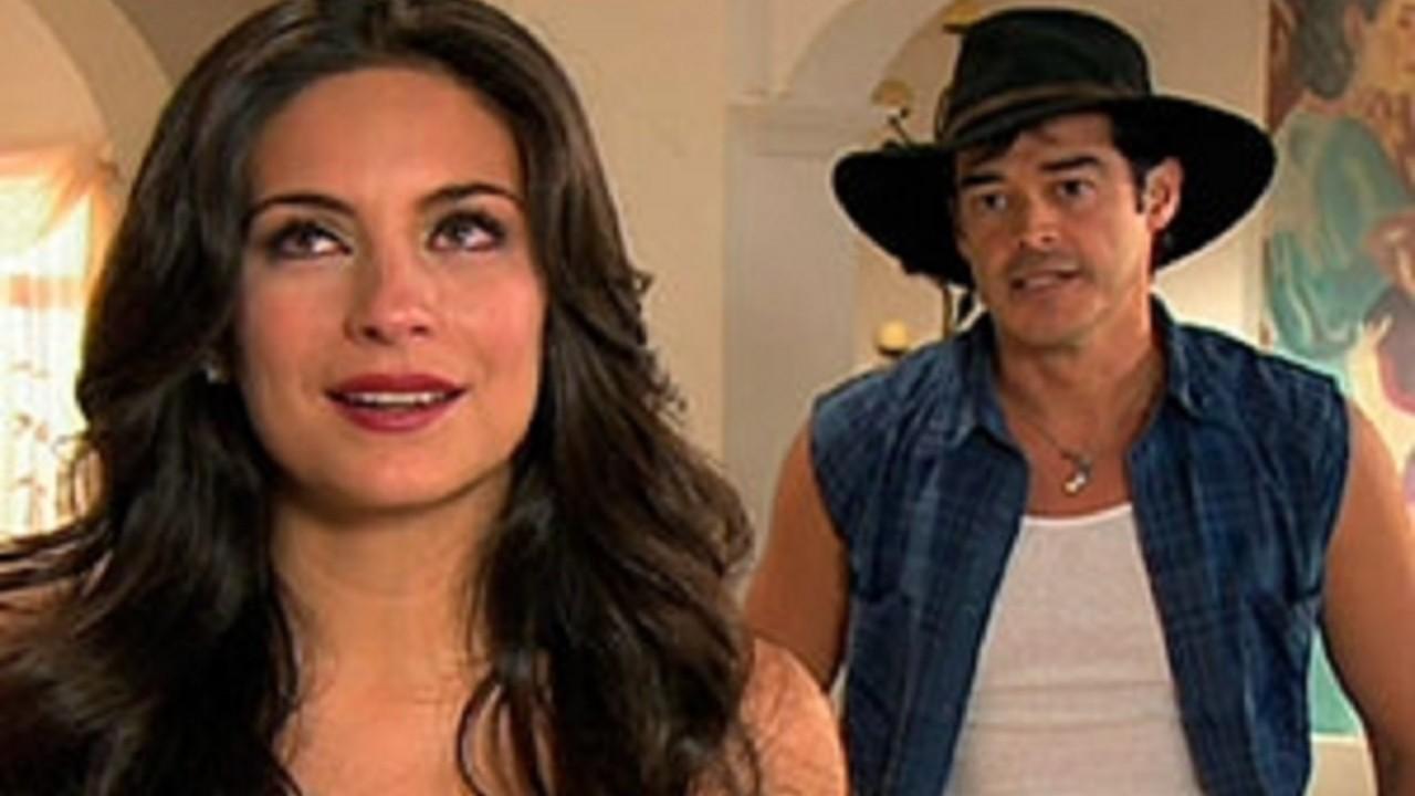 Cena de Coração Indomável com Jose Antonio às costas de Maricruz