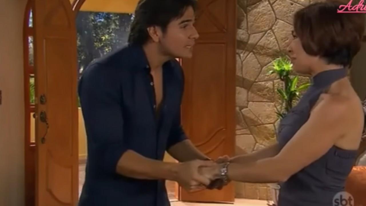 Cena de Coração Indomável com Daniel e Simone se olhando de mãos dadas