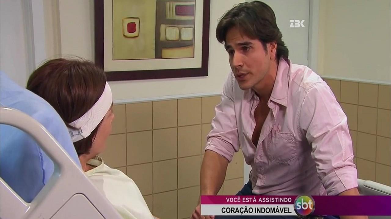 Cena de Coração Indomável com Otávio olhando para Simone, que está na cama do hospital