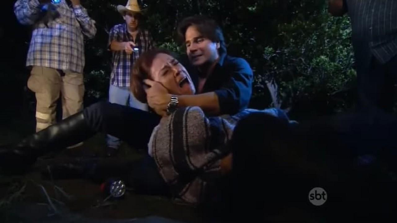Cena de Coração Indomável com Simone no chão, gritando de cor, e Otávio sentado com a mão na cabeça dela