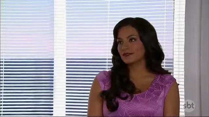 Cena de Coração Indomável com Maria Alessandra olhando pelo lado