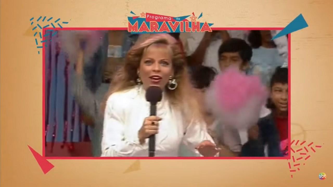 Christina Rocha segurando microfone em um programa infantil de 1980