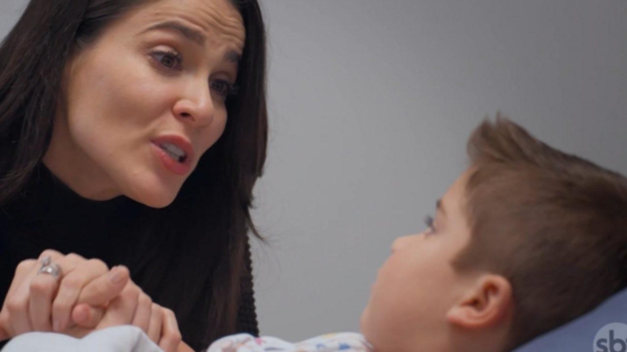 Cena de Te Dou a Vida com Helena com a mão com o filho