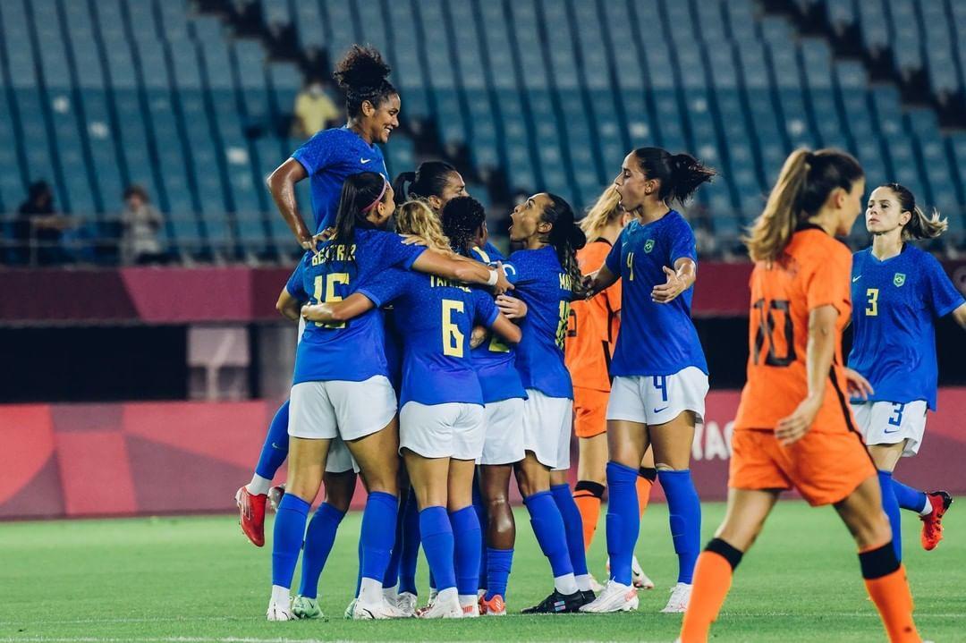 Imagem das jogadores da seleção feminina de futebol comemorando gol no jogo contra a Holanda nas olimpíadas de Tóquio