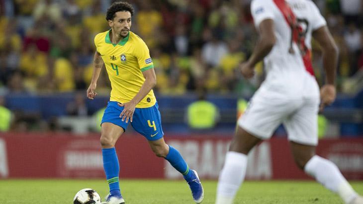 O zagueiro Marquinhos, do Brasil, domina a bola em jogo contra o Peru
