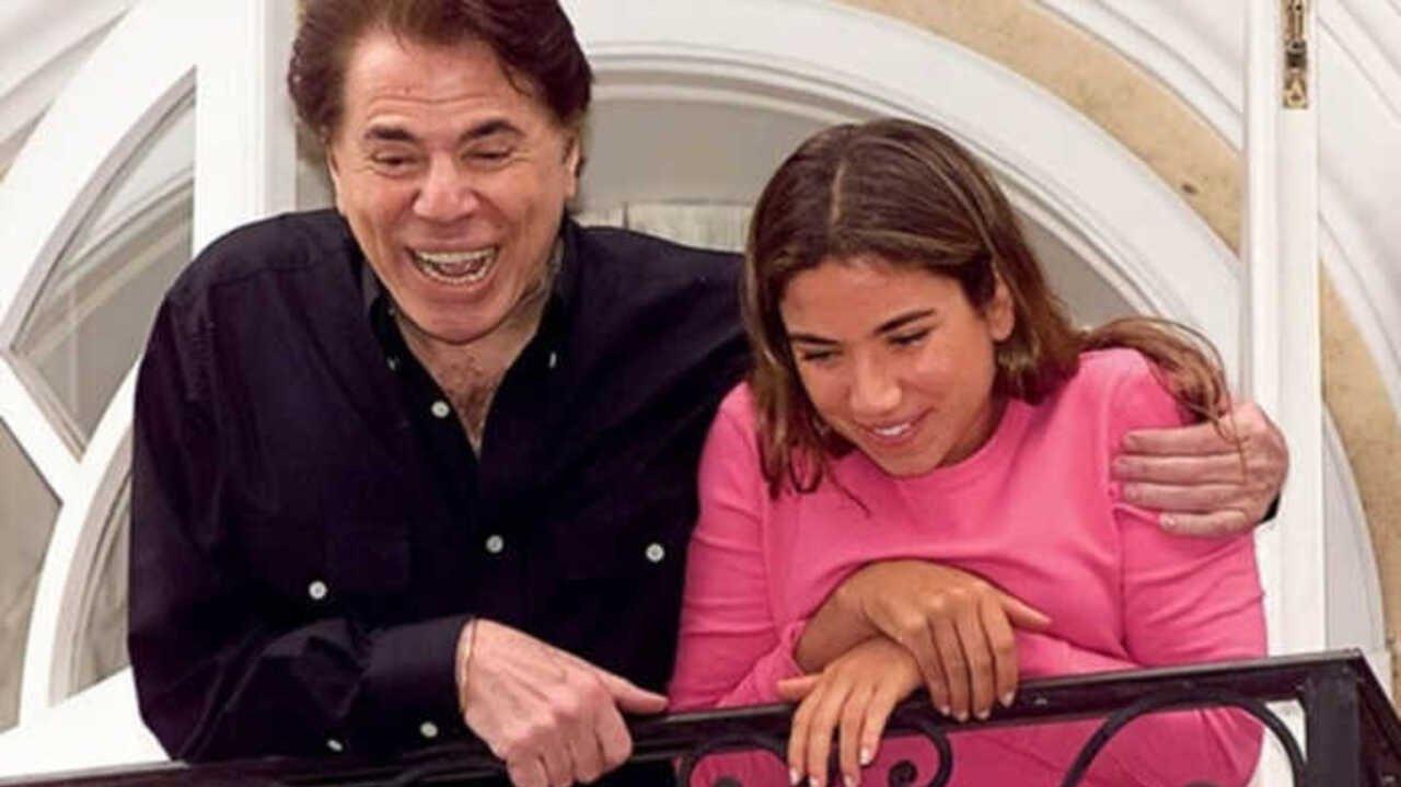Silvio Santos abraçado à filha Patricia Abravanel, após jovem ser libertada de cativeiro pelos sequestradores, em 2001