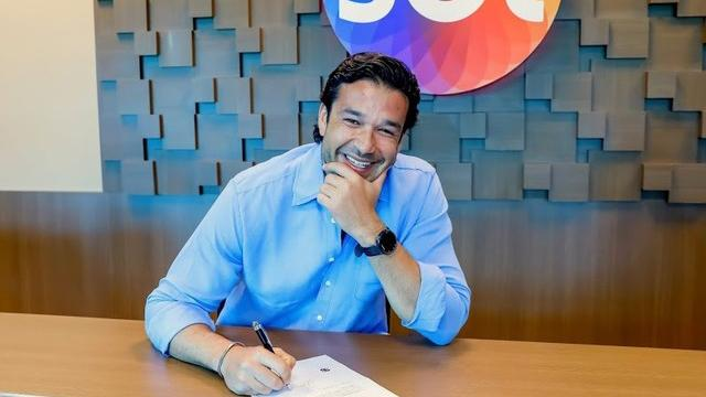 Sérgio Marone assinando contrato com o SBT