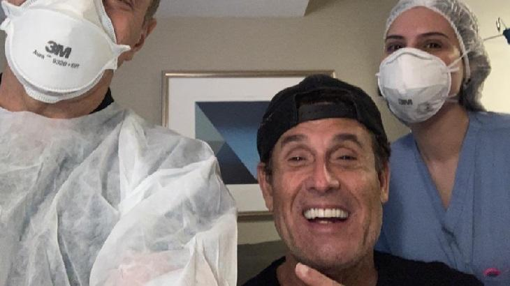Sérgio Mallandro junto à equipe do hospital em que esteve internado, no Rio de Janeiro