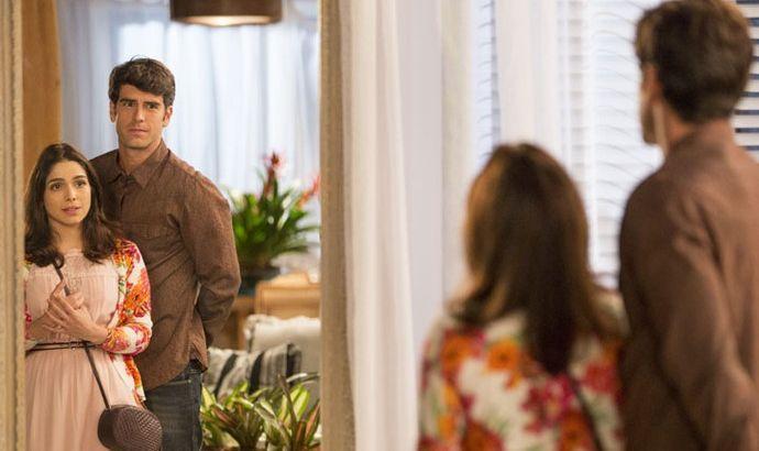 Shirlei e Felipe se olham em frente a um espelho
