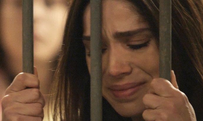Shirlei atrás das grades, chorando