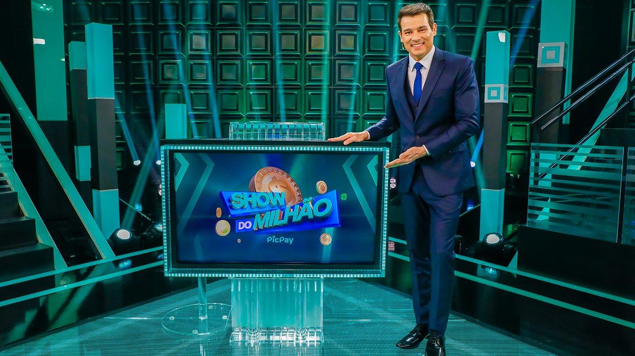 Celso Portiolli no cenário do Show do Milhão