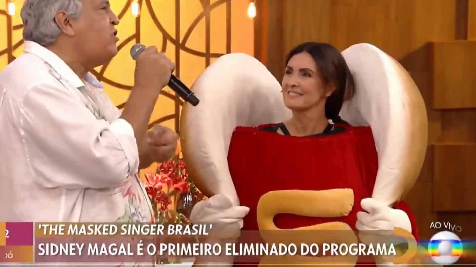 Fátima Bernardes entrevistando Sidney Magal vestida de cachorro quente