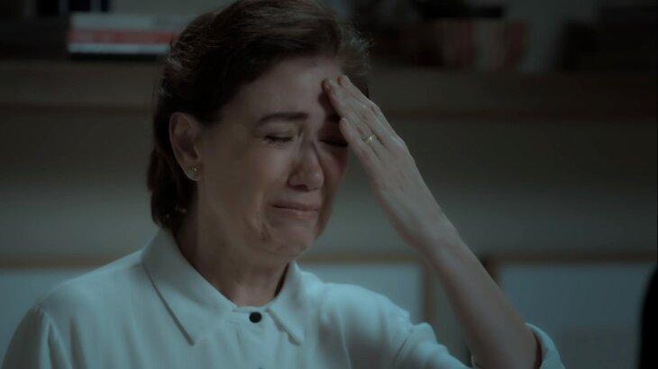Silvana chorando, com a mão na testa