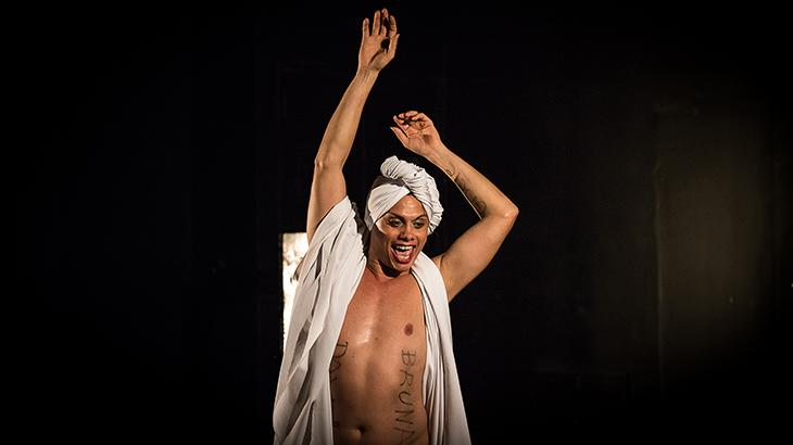 """No ar em \""""A Força do Querer\"""", Silvero Pereira inicia nova temporada de monólogo no Rio"""