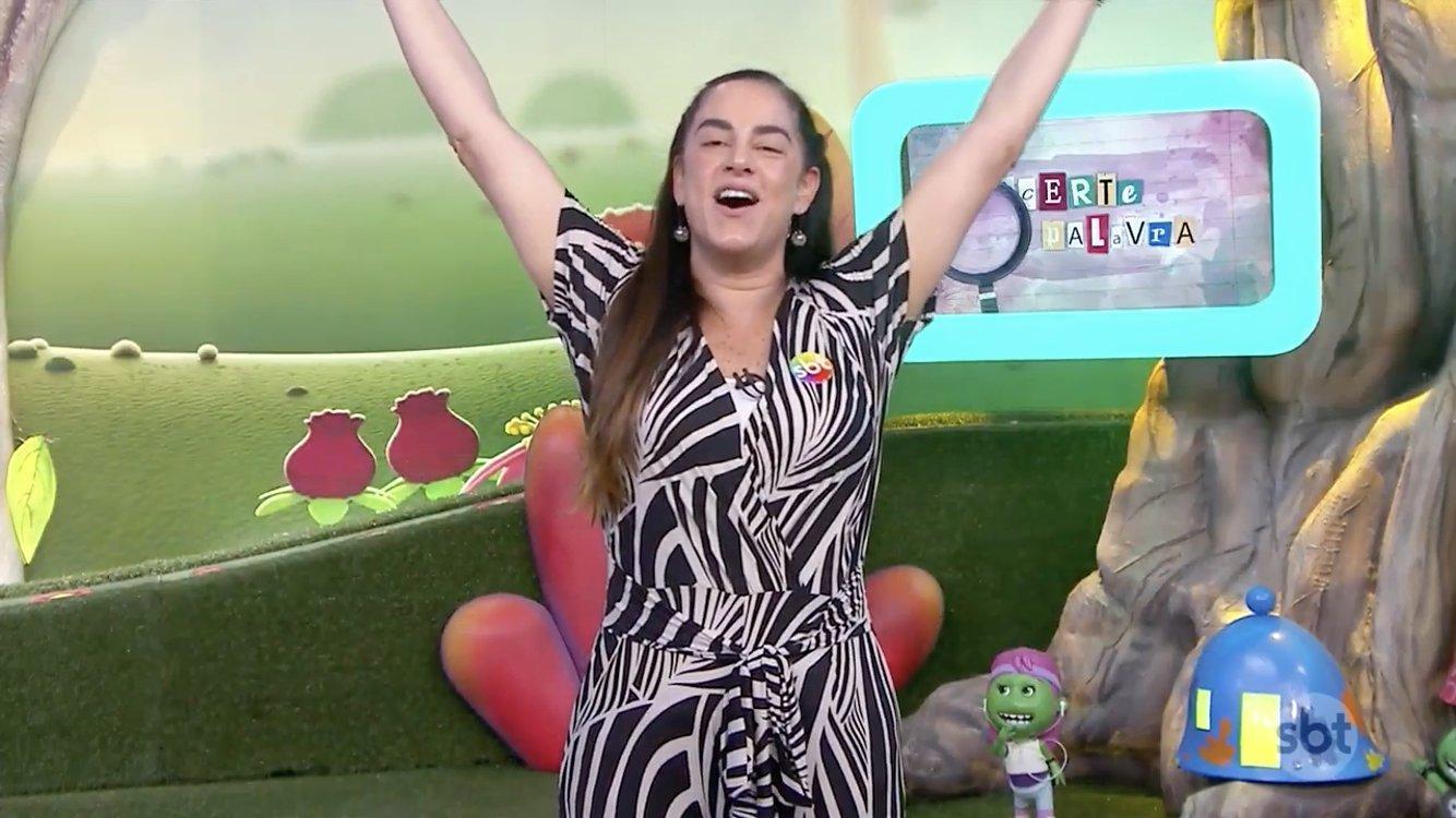 Silvia Abravanel comemorando volta no SBT com as mãos pra cima