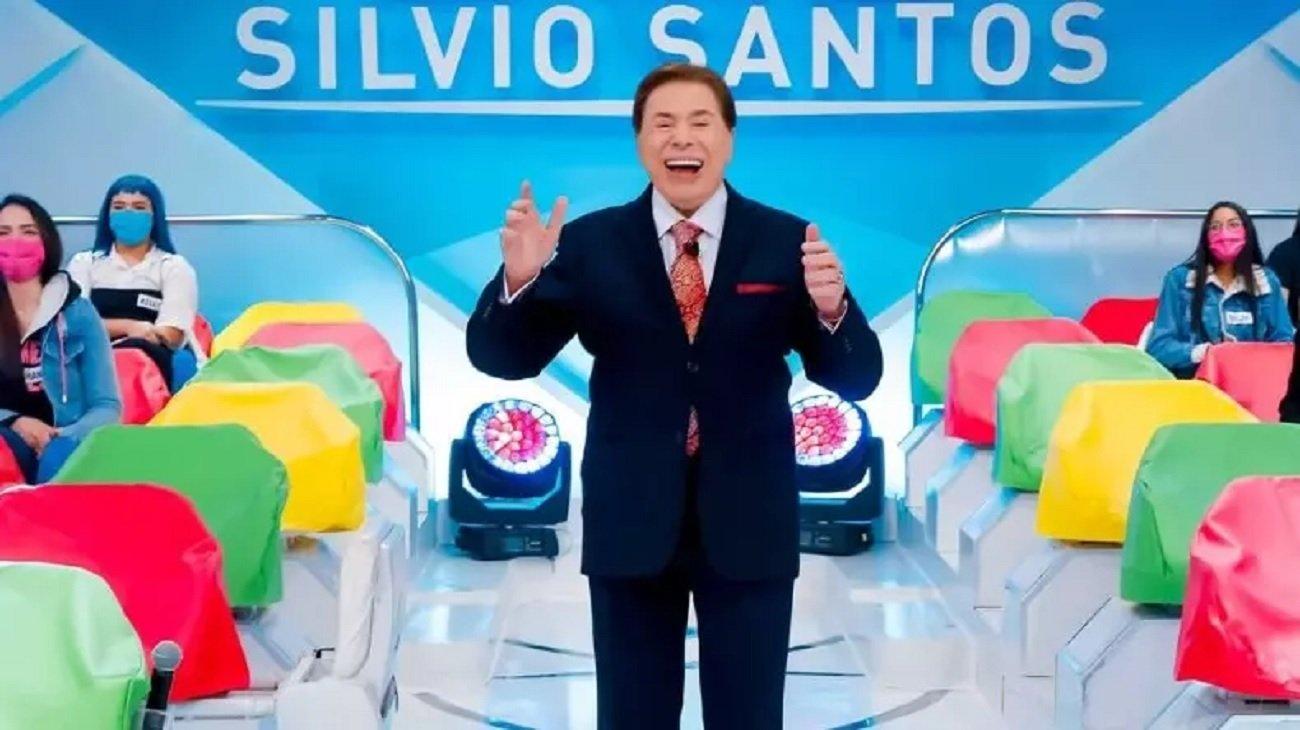 Silvio Santos na gravação do seu programa do SBT com o auditório ao fundo