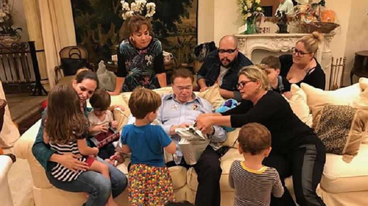 Silvio Santos ao lado da família