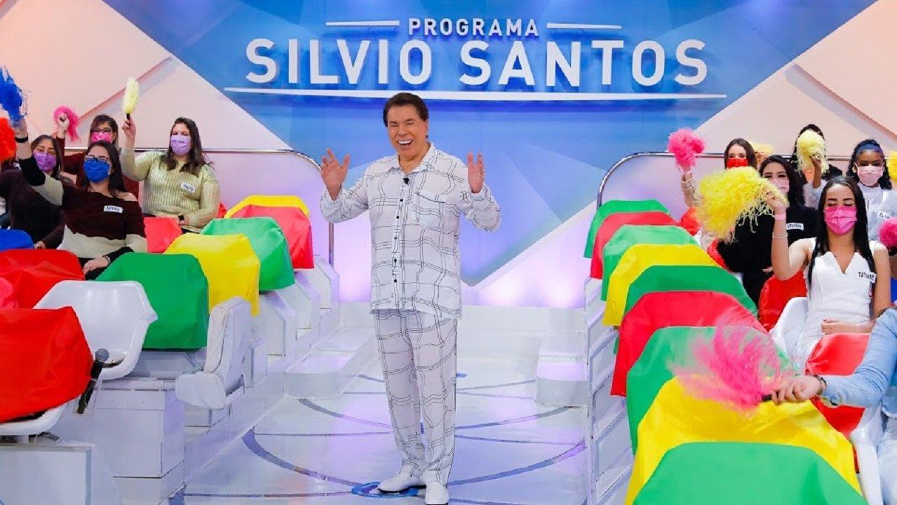 Silvio Santos em seu programa no SBT de pijama