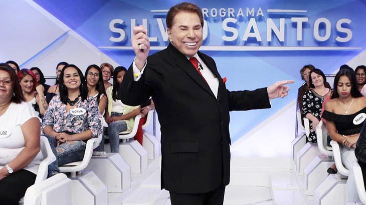 O apresentador Silvio Santos posando para foto no auditório do seu programa no SBT