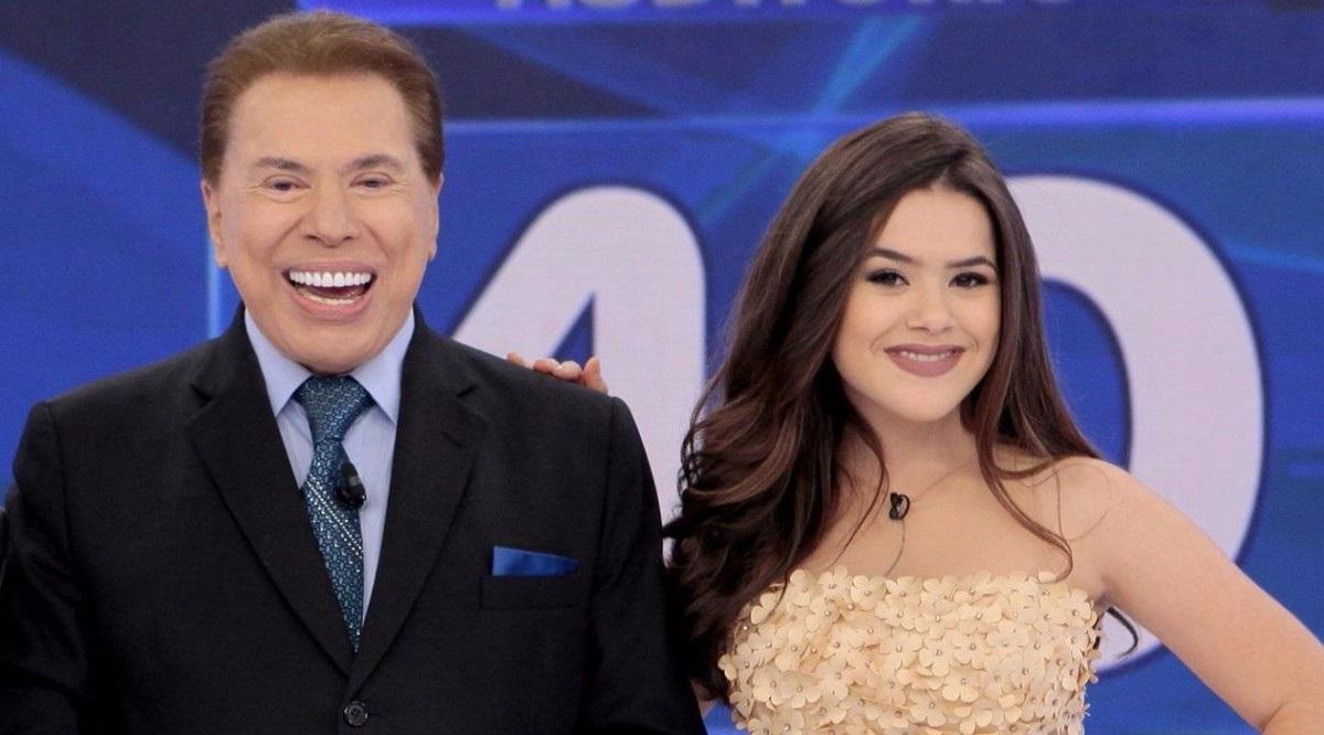 Silvio Santos sorri e posa ao lado de Maisa em participação da apresentadora no Jogo dos Pontinhos