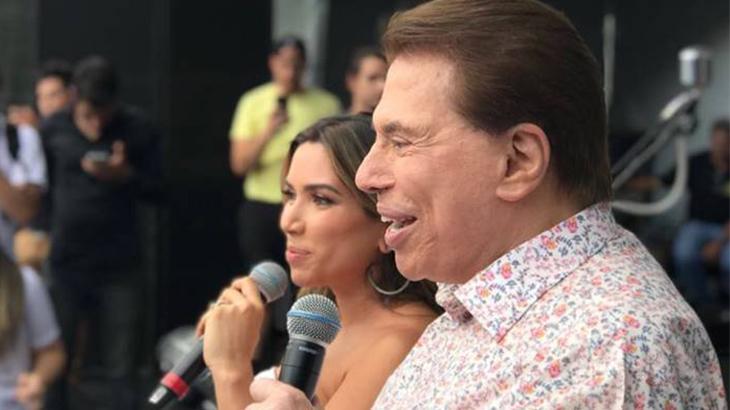 O apresentador Silvio Santos ao lado de sua filha, Patricia Abravanel, no palco da festa de final de ano do SBT