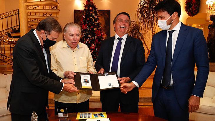 Silvio Santos ao lado do general Floriano Peixoto Vieira Neto, presidente dos Correios; Jair Bolsonaro, presidente da República; e Fábio Faria, seu genro e ministro das Comunicações