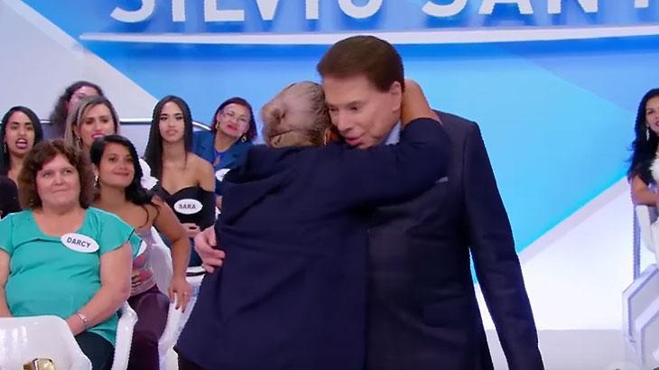 Mulheres agarram Silvio Santos e apresentador reage surpreso
