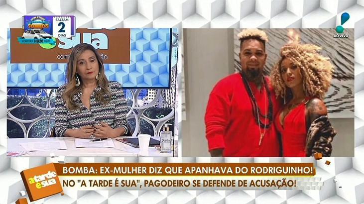 Sônia Abrão escutando áudio do cantor Rodriguinho no A Tarde é Sua