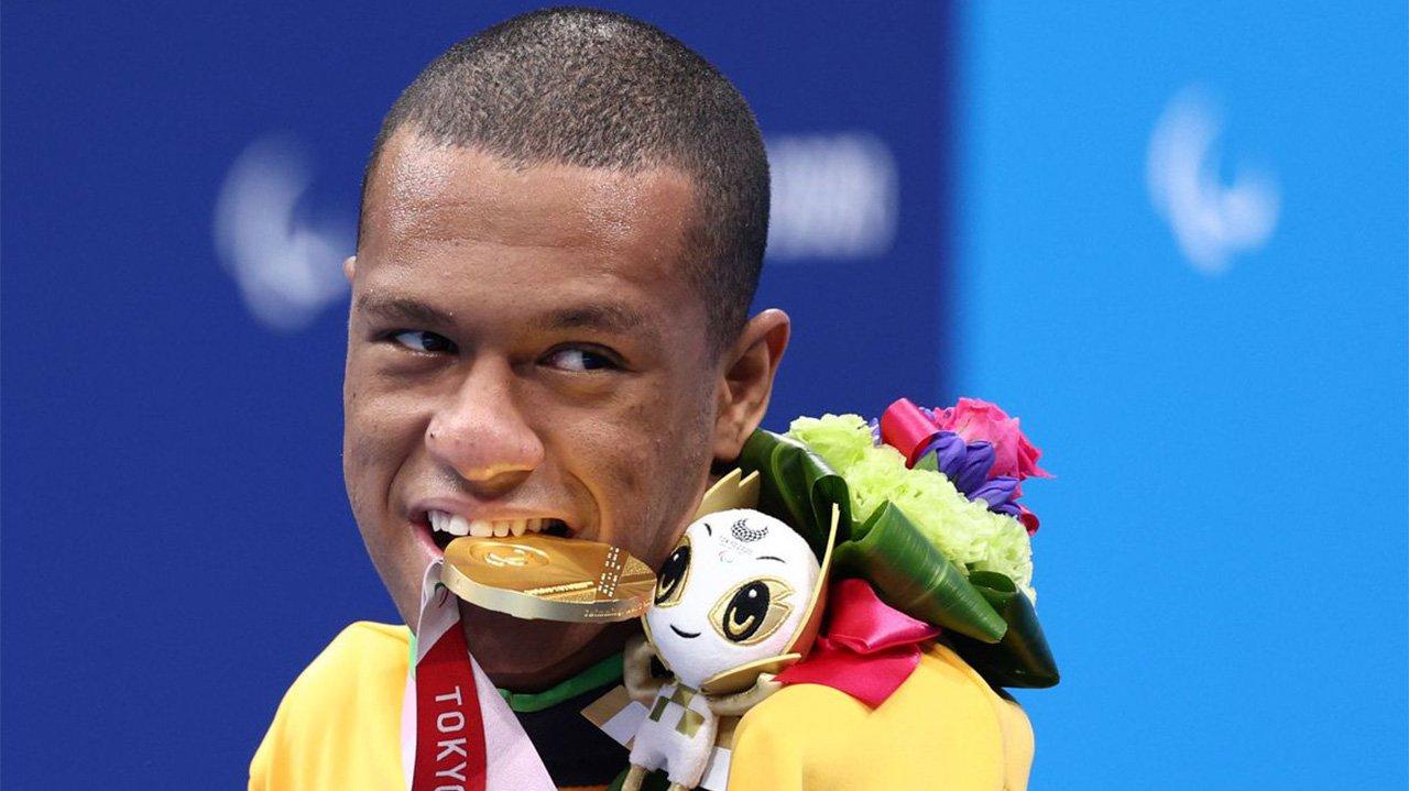 Gabriel Araújo com medalha na boca