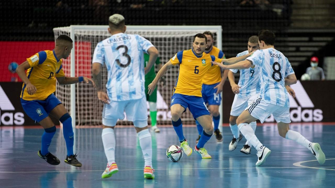 Jogadores do Brasil e Argentina disputando a bola em partida pela Copa do Mundo de Futsal