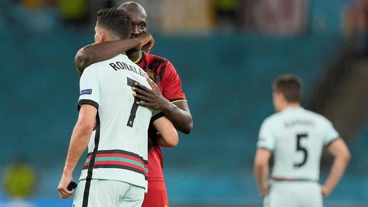 Lukaku abraçando Cristiano Ronaldo no jogo da Eurocopa
