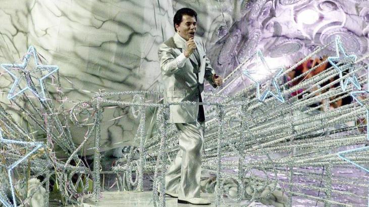 Há 20 anos, Silvio Santos desfilava no Carnaval e bombava Ibope da Globo