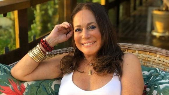 Susana Vieira sorrindo com pulseiras e mão na cabeça
