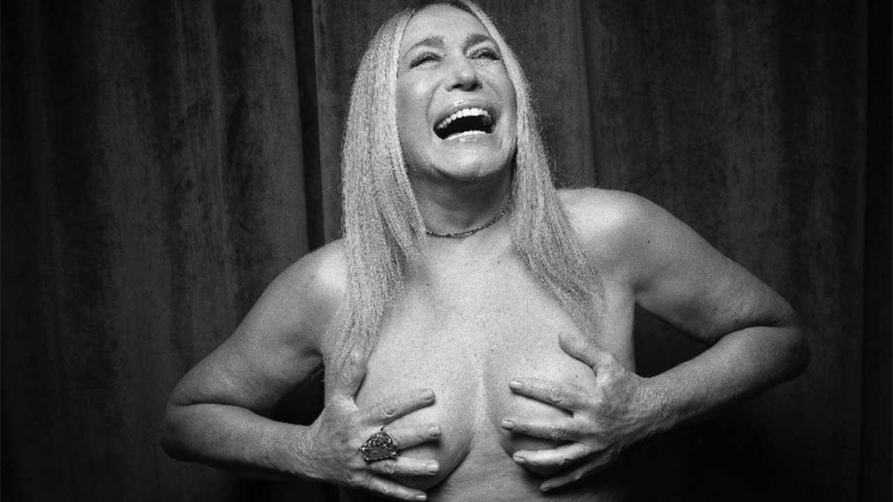 Sorridente, Susana Vieira nua com as mãos nos seios
