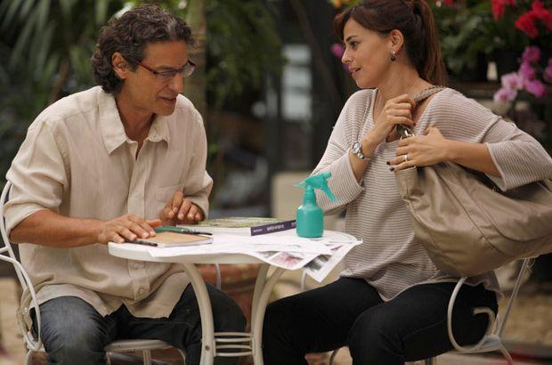 A Vida da Gente: Cícero não gosta de saber que Suzana e Renato vão trabalhar juntos