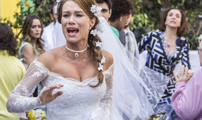 Tancinha corre vestida de noiva enquanto é observada por convidados
