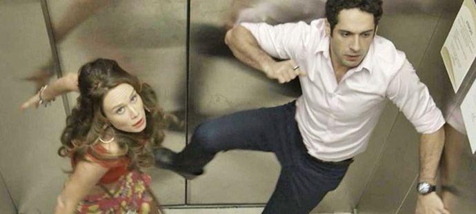 Haja Coração: Beto fica preso com Tancinha no elevador e clima esquenta