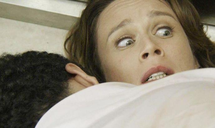Tancinha deitada no chão com os olhos arregalados enquanto que Beto está por cima dela gos Beto cai or cima dsamia