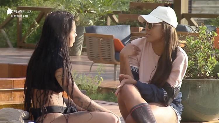 Na área externa, Mirella e Tays conversam em A Fazenda 2020