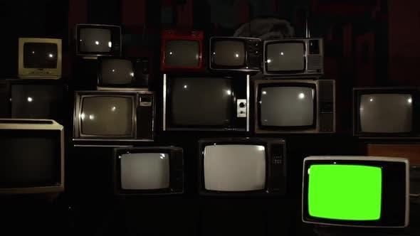 Televisores desligados, somente um com a tela verde