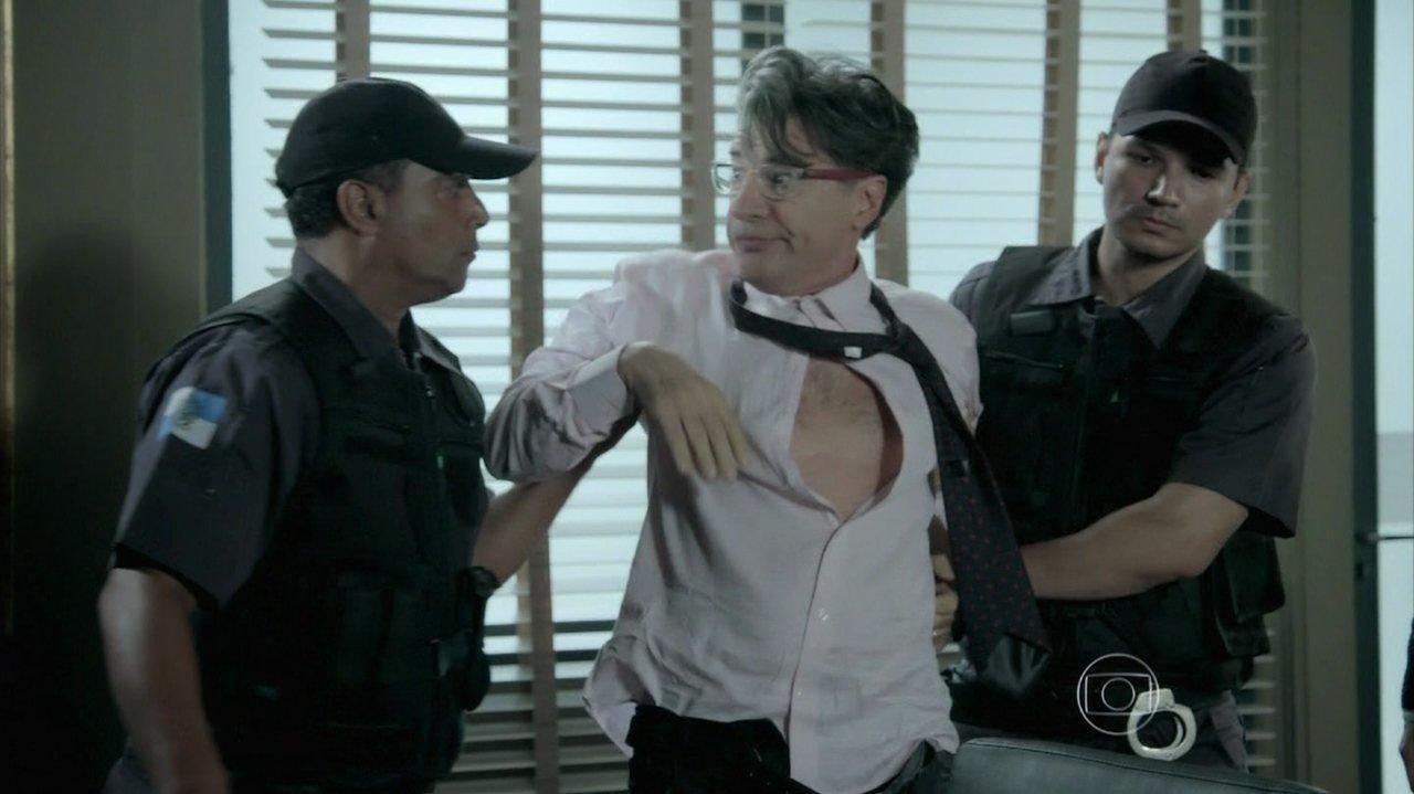 Império: Téo Pereira perde o controle após derrota e sai de tribunal no camburão