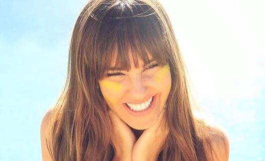Thaís Braz posa sorrindo na praia