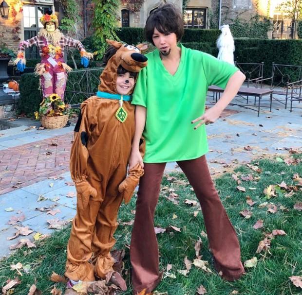 Thalía se veste como Salsicha e filha como Scooby-Doo para Halloween