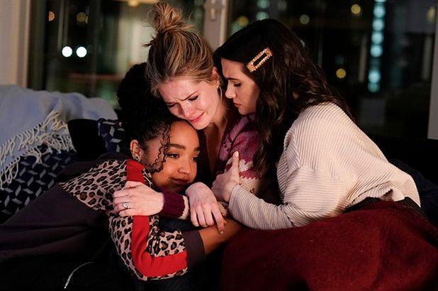 Kat, Sutton e Jane abraçadas