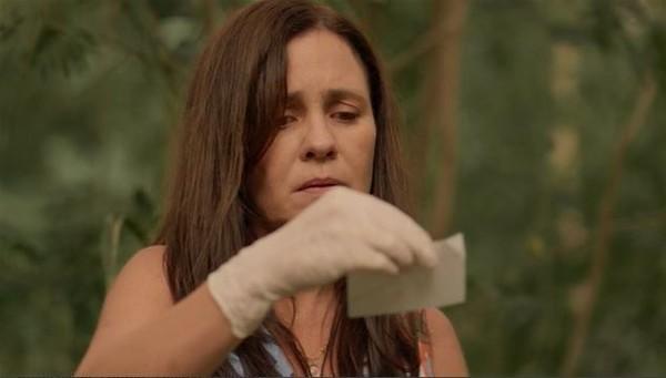 Thelma com bilhete na mão em Amor de Mãe