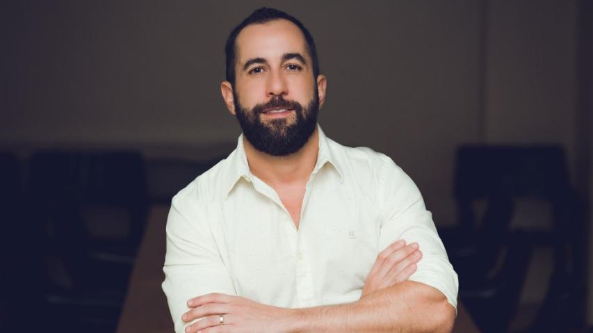 Thiago Garcia, CEO da Loading, de braços cruzados