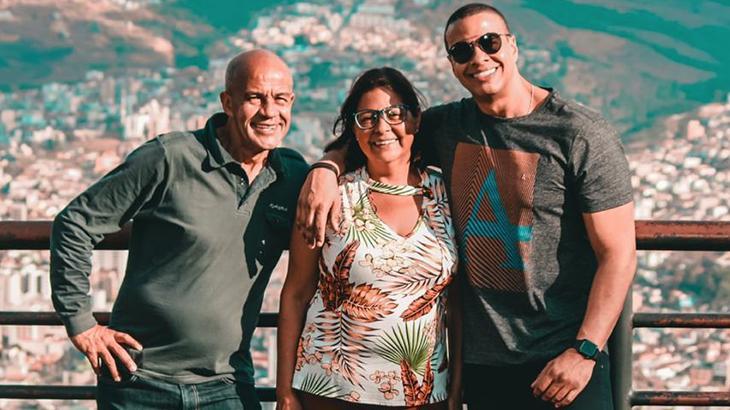 Thiago Oliveira ao lado dos pais, João Oliveira e Elena Gonçalves, em Poços de Caldas